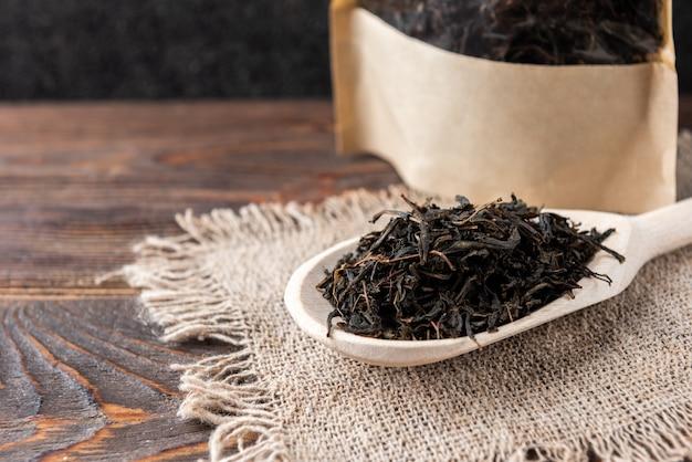 Gedroogde ivan-thee op houten tafel.