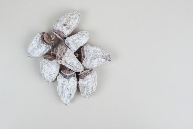 Gedroogde kaki fruit op beige oppervlak