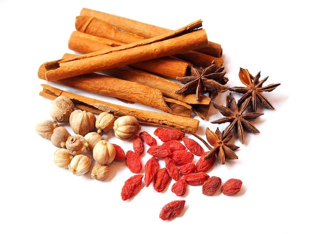 Gedroogde kruiden en specerijen met gojibessen, steranijs (badiane), kaneelstokjes, amomum testaceum of siam cardamom