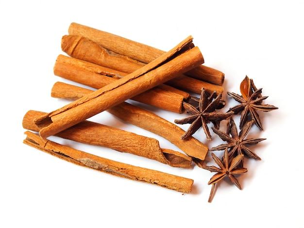 Gedroogde kruiden en specerijen met kaneelstokjes en hele aromatische steranijs geïsoleerd.