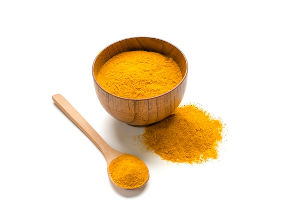Gedroogde kurkuma, (curcumine), geel gemberpoeder dat op witte kleurenachtergrond wordt geïsoleerd,