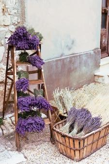 Gedroogde lavendel in een houten kist. verschillende bossen van lavendel in een doos, provence, frankrijk