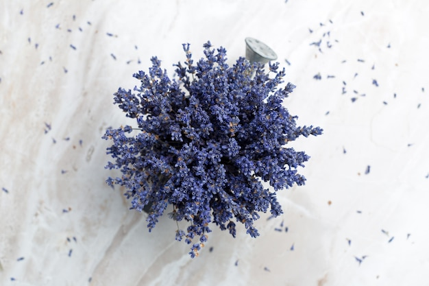 Gedroogde lavendel op de tafel