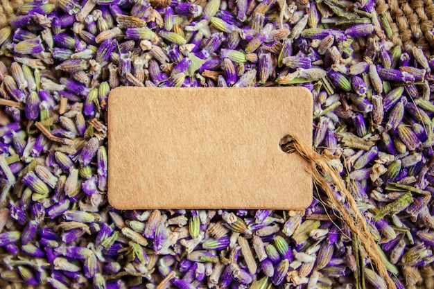 Gedroogde lavendelbloemen en een tag voor tekst. selectieve aandacht.