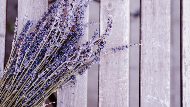 Gedroogde lavendeltrossen op houten tafelachtergrond