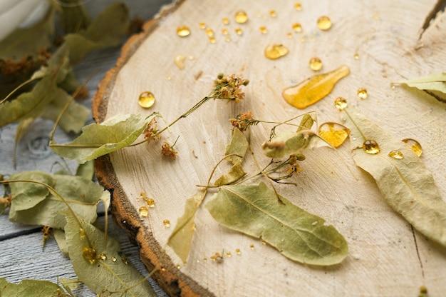 Gedroogde lindebloemen op houten plak