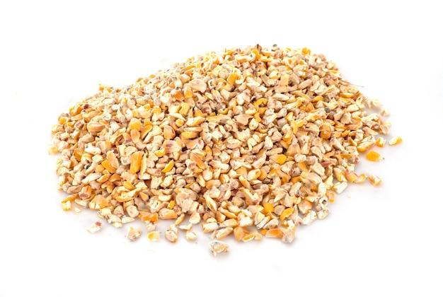 Gedroogde maïs geïsoleerd op wit