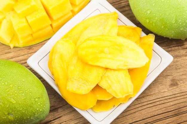 Gedroogde mango achtergrond. gekonfijte plakjes mangofruit close-up.