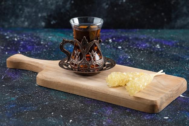 Gedroogde moerbei met geurige thee op een houten bord