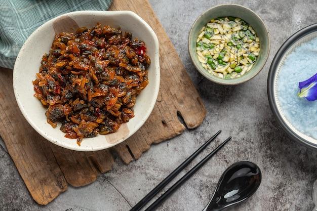 Gedroogde mosselen, geserveerd met drie gearomatiseerde saus geserveerd met gestoomde rijst asian seafood concept.