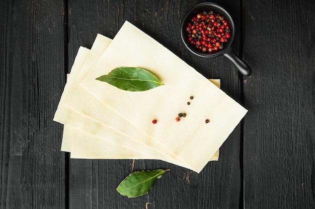 Gedroogde, ongekookte lasagne pastabladen, met kruiden en kruiden