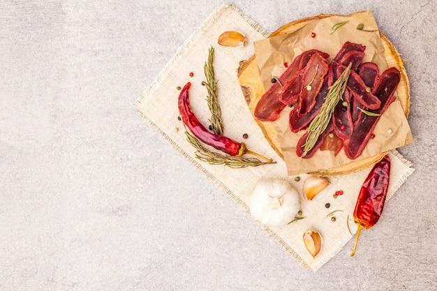 Gedroogde ossenhaas van rundvlees met droge rozemarijn en pepermix, chili en knoflook op vintage linnen doek