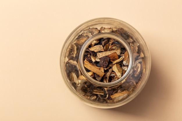 Gedroogde paddenstoelen in een glazen pot