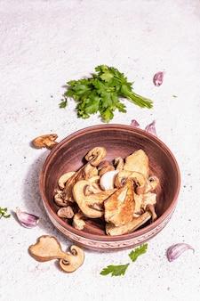 Gedroogde paddestoelen boletus edulis (penny bun, cep, porcini) op getextureerde gips achtergrond. ingrediënt voor vegetarisch (veganistisch) gezond voedsel. een trendy hard licht, donkere schaduw