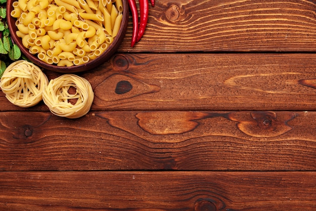 Gedroogde pasta op houten achtergrond