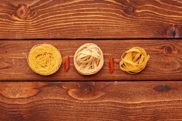 Gedroogde pasta op houten tafel