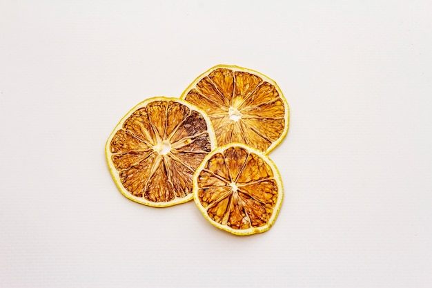 Gedroogde plakjes citroen geïsoleerd op een witte achtergrond