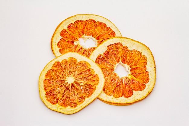 Gedroogde plakjes grapefruit geïsoleerd op een witte achtergrond