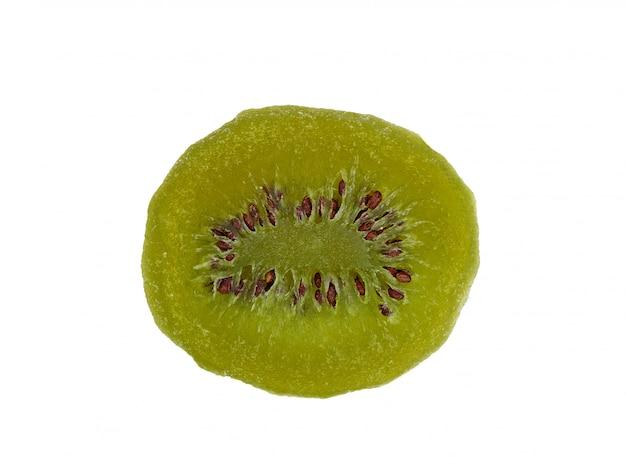 Gedroogde plakjes kiwifruit geïsoleerd op een witte achtergrond