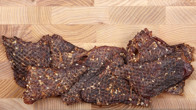 Gedroogde plakjes rundvlees in kruiden met sesamzaadjes