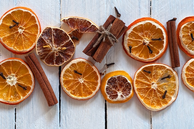 Gedroogde plakjes sinaasappel en citroen met kaneelstokjes