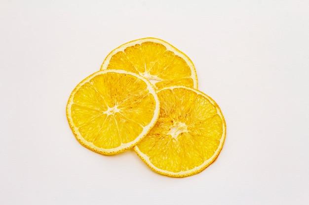 Gedroogde plakjes sinaasappel geïsoleerd op een witte achtergrond
