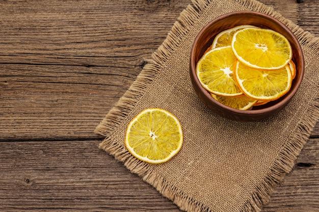 Gedroogde plakjes sinaasappel in een kom. fruitsnack, gezond eetconcept