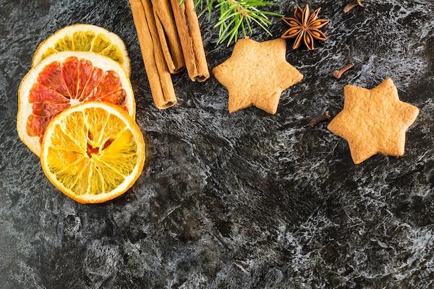 Gedroogde plakjes verschillende citrusvruchten en peperkoekkoekjes