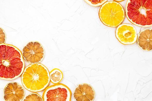 Gedroogde plakjes verschillende citrusvruchten