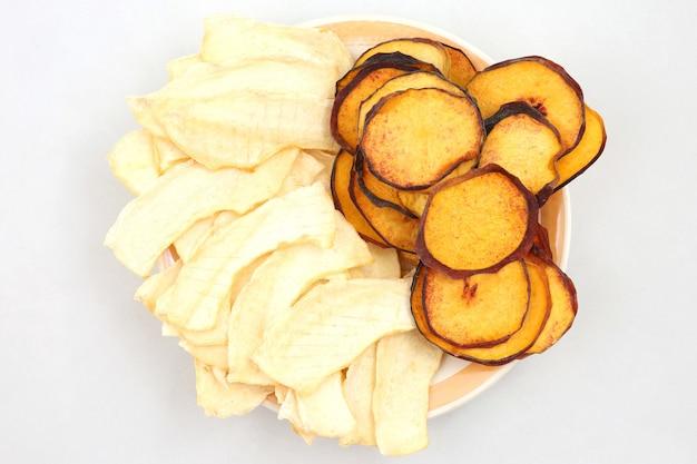 Gedroogde plakjes zoete meloen en perzik. nuttig vitaminevoedsel