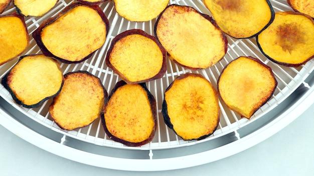 Gedroogde plakjes zoete perzik. nuttig vitaminevoedsel