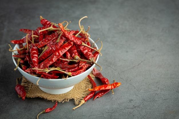 Gedroogde rode chili in witte kleine kom