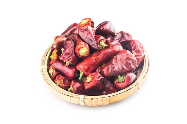 Gedroogde rode chili of chili cayennepeper geïsoleerd op een witte achtergrond.