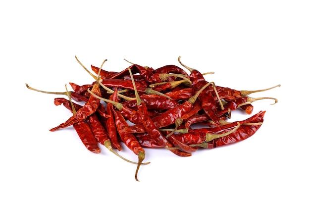 Gedroogde rode chili peper op wit geïsoleerd