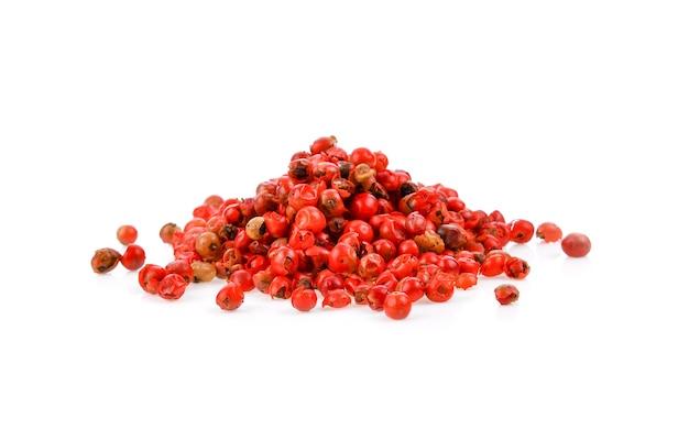 Gedroogde roze paprika's geïsoleerd