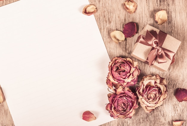 Gedroogde rozen en schoon papier