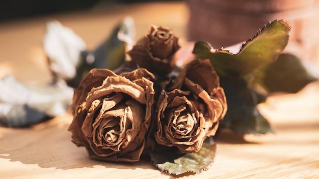 Gedroogde rozen op houten tafel