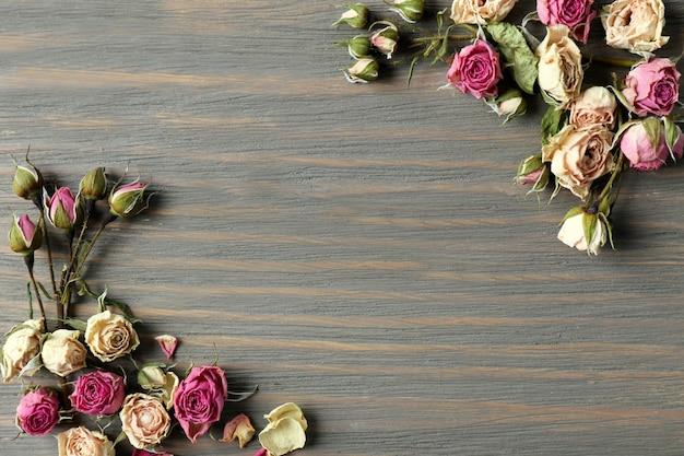 Gedroogde rozenknoppen op houten