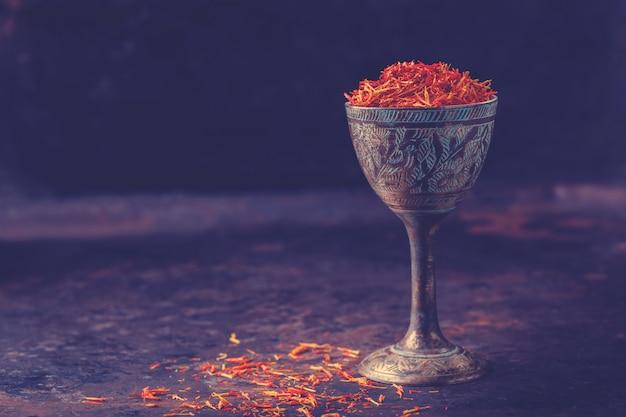 Gedroogde saffraan kruiden een glas oosterse smaak
