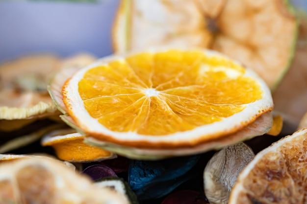 Gedroogde sinaasappel- en stukjes sinaasappel op tafel