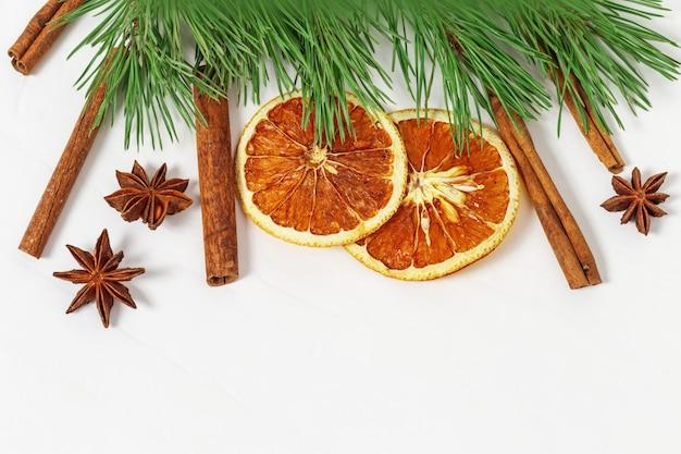 Gedroogde sinaasappelschijfjes, kaneelstokjes, anijsplant