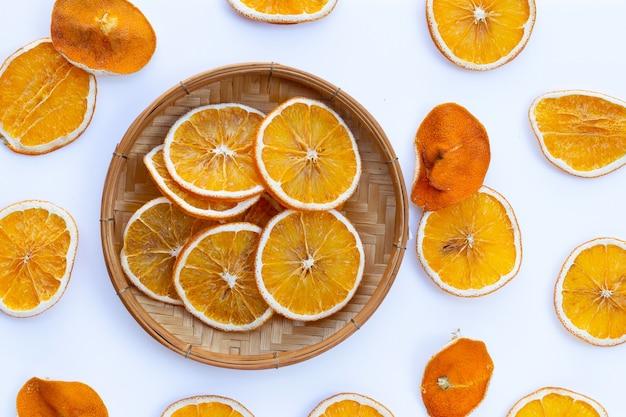Gedroogde sinaasappelschijfjes op wit b