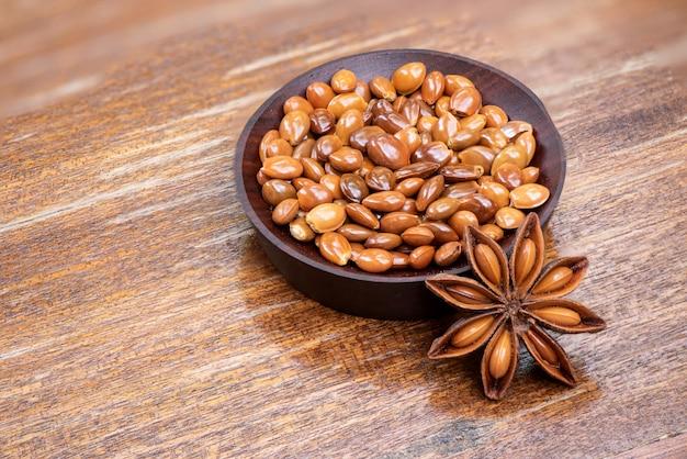 Gedroogde steranijs of illicium verum vruchten en zaden op een oud hout.