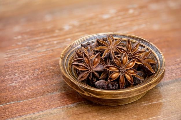 Gedroogde steranijs of illicium verum-vruchten op een oud hout.