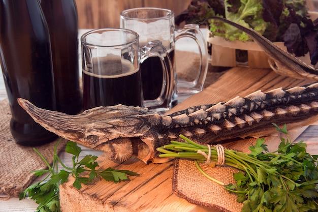 Gedroogde steur met donker bier en greens