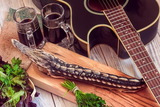 Gedroogde steur met donker bier, greens en gitaar