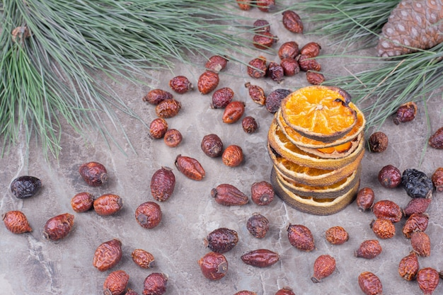 Gedroogde stukjes sinaasappel in een bouillon op marmeren oppervlak