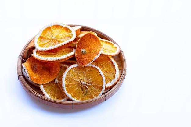 Gedroogde stukjes sinaasappel op een witte muur.