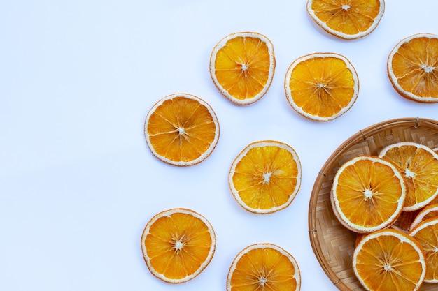 Gedroogde stukjes sinaasappel op een witte ondergrond