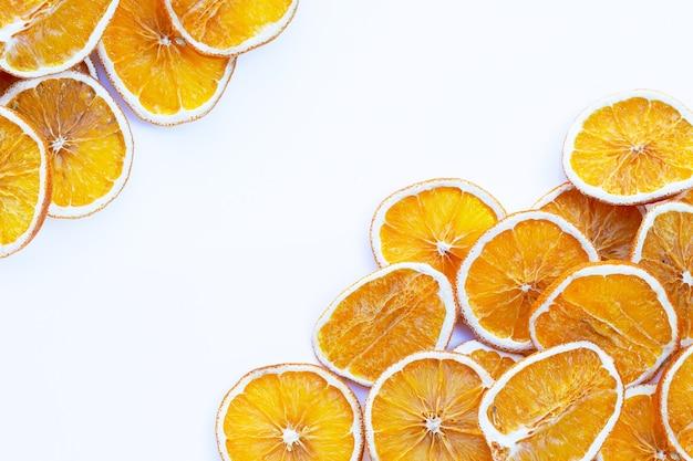Gedroogde stukjes sinaasappel op wit